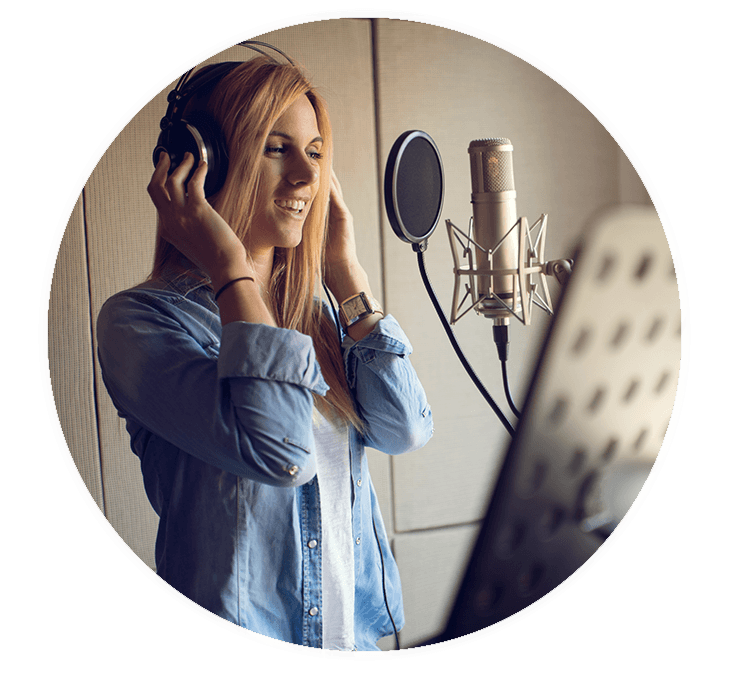 Junge Frau singt im Tonstudio vor Mikrofon.